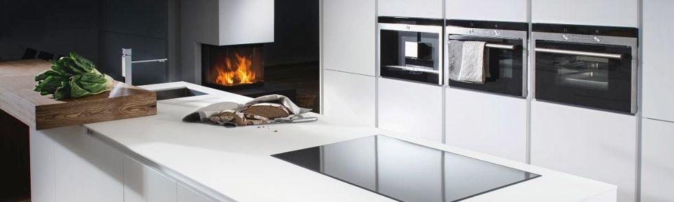 Schlichte, Weiße Küchenarbeitsplatte Mit Integrierter, Schwarzer Herdplatte