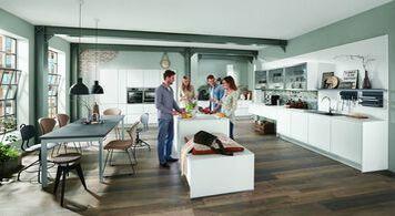 Moderne Wohnküche In Weiß Mit Kochinsel Und Essgruppe