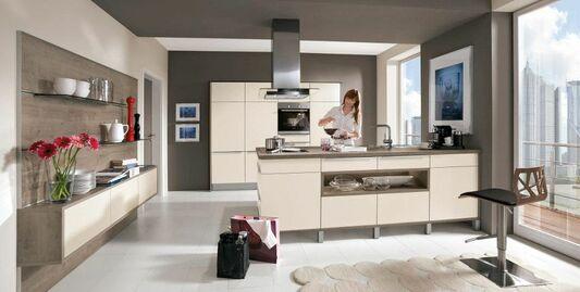 Beige Einbauküche Mit Kochinsel Im Modernen Stil