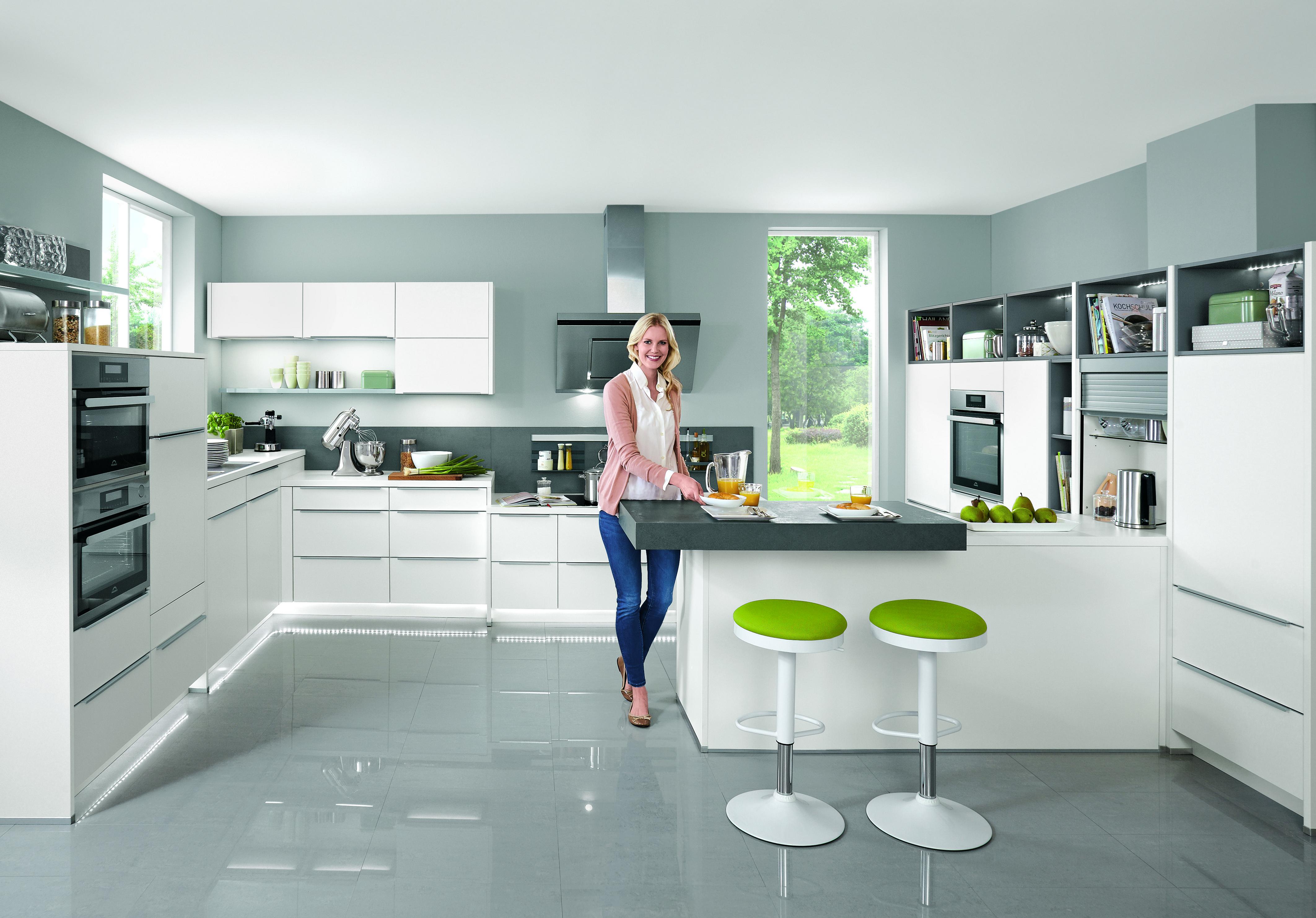 Weiße Kücheninsel Mit Ergonomischer Arbeitshöhe