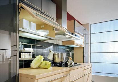 Küche: Unterschränke Mit Schubladen Und Hängeschränke Mit Klappen