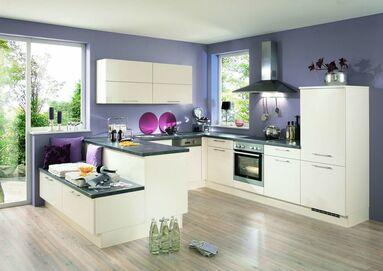 Moderne Küche In U Form Mit Dunkler Arbeitsplatte Und Beigem Korpus Sowie  Beigen Fronten