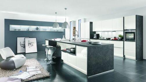 Großzügige beige graue küche im modernen stil mit insel