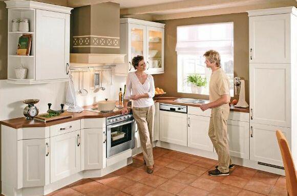 L Förmige Landhausküche Mit Weißen Fronten Und Einer Arbeitsplatte In Holz  Optik