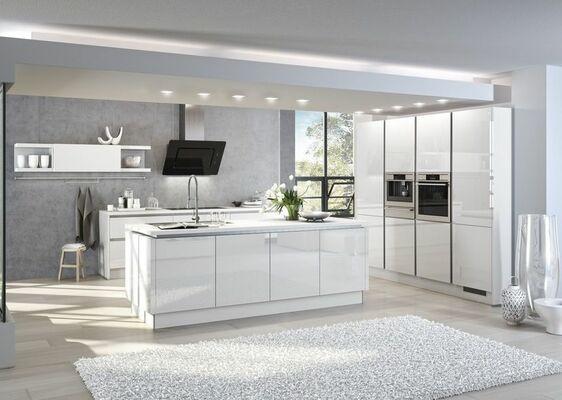 Moderne, Offene Küche Mit Kochinsel Und Weißen Hochglanz Fronten