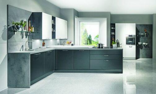 Küche In Grau Mit Elektrogeräten Zum Günstigen Preis Individuell