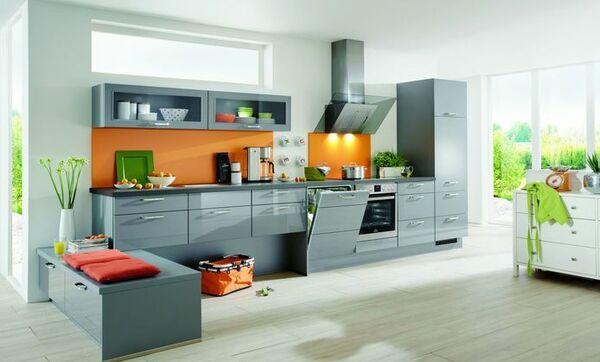 Graue Küche Im Klassischen Stil Mit Hochglanz Fronten