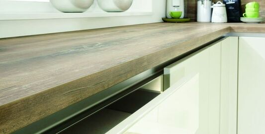 Küchenarbeitsplatte in Holz-Optik: klassisch, modern oder Landhausstil