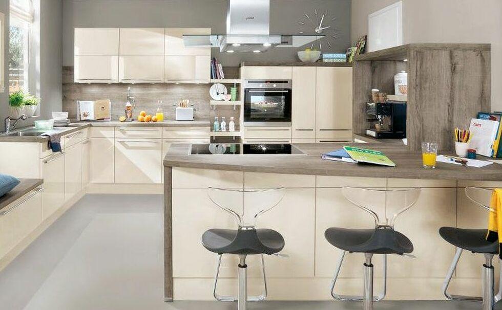 Beige Wohnküche Im Klassischen Stil Mit Sitzmöglichkeiten