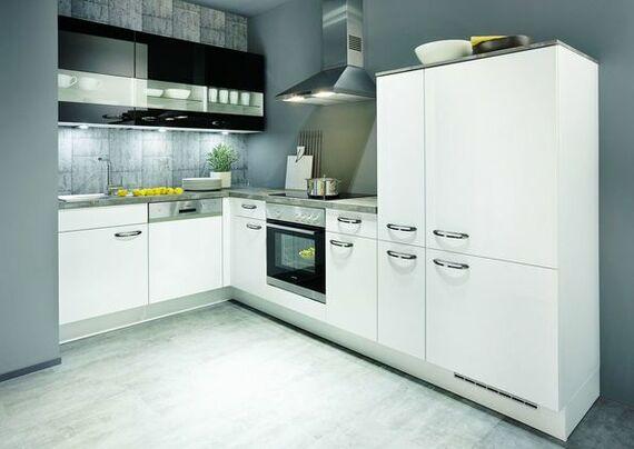 Weiße eckküche im klassischen stil mit grauer arbeitsplatte