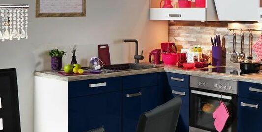 Einbauküche von vertico mit hellblauen hochglanz fronten