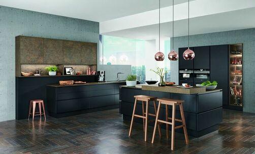 Offene küche im modernen stil mit matten schwarzen fronten und einer granitarbeitsplatte sowie einer kochinsel