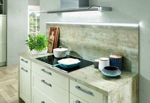 Miniküche Mit Weißen Fronten Und Einer Arbeitsplatte Im Holz Look