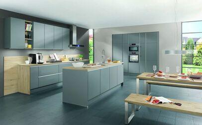 Offene Küche Mit Kochinsel, Matten Grauen Fronten Und Einer Arbeitsplatte  In Holz Optik